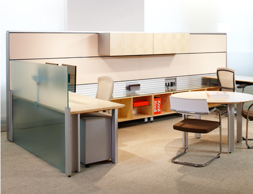 AutoStrada workstation with glass panel and overhead storage