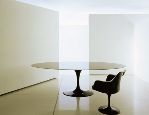 Saarinen Oval Dining Table with marble top and Tulip chair in black