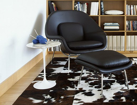 Saarinen Womb chair in black leather with Saarinen Tulip side table