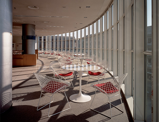 Knoll white Bertoia Diamond Chair and marble Saarinen Table