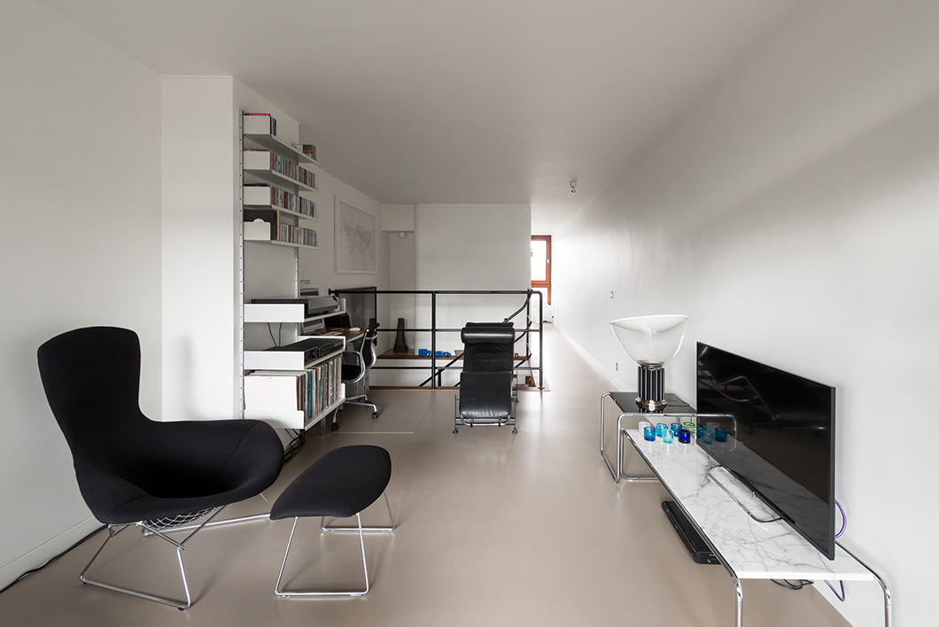 Bunyan Court Flat | Featured: Bertoia Bird Chairs, Laccio Tables | Knoll Inspiration